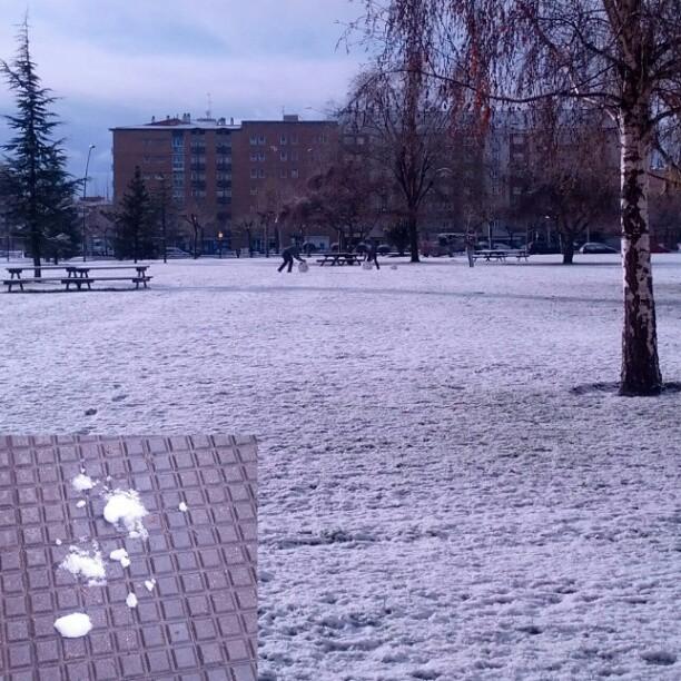 Pasándolo en grande con la primera buena nevada del año en #leonesp
