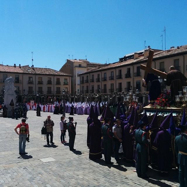 De nuevo viendo a las hermandades, los cofrades, papones, capuchones, tararús... #Palencia #SemanaSanta