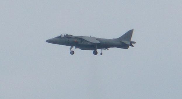 avión de combate exhibiéndose en la playa de San Lorenzo en Gijón