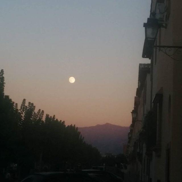 Sierra Nevada y la luna como compañeros de atardecer #Granada #sinfiltros