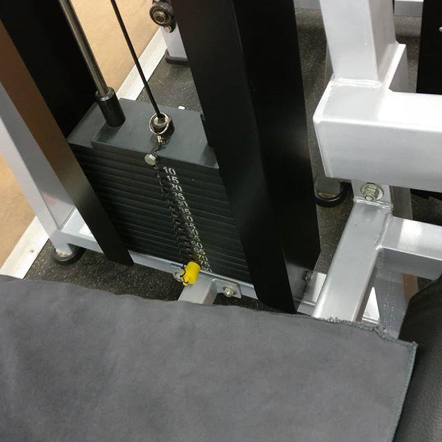 No se lo digáis a nadie pero esta máquina siempre me ha venido pequeña 🤷🏻♂️#fitness #legday