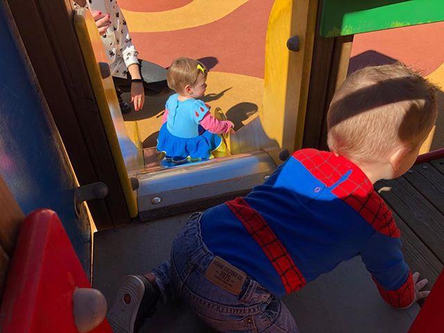 Hoy tengo un Spiderman, una Blancanieves...y un Ninja en otro plano jugando al fútbol. ¿Quién da más? #Carnaval